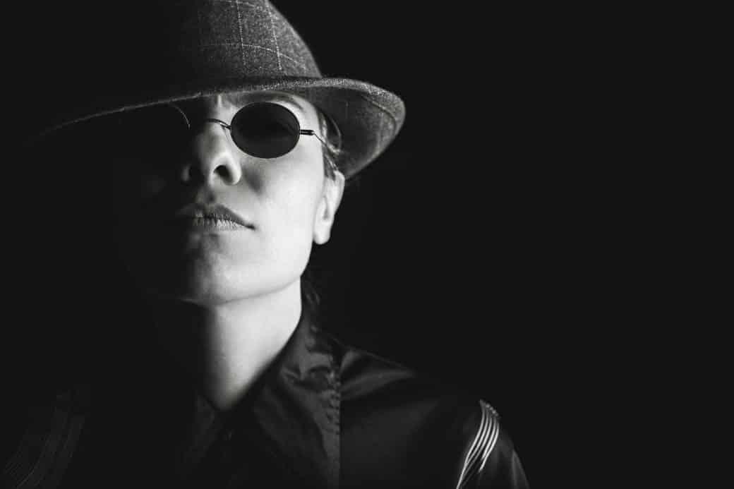 אישה במשקפיים