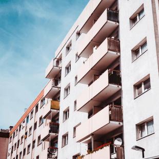 בניין דירות מרפסות