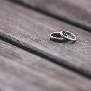 טבעות נישואין על דק