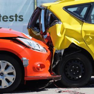 תאונה בין שתי מכוניות