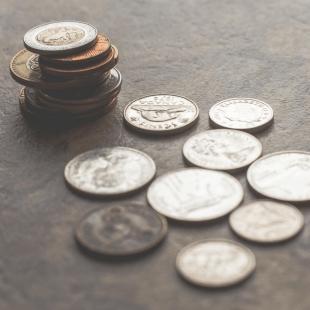 מטבעות מפוזרים ובערימה