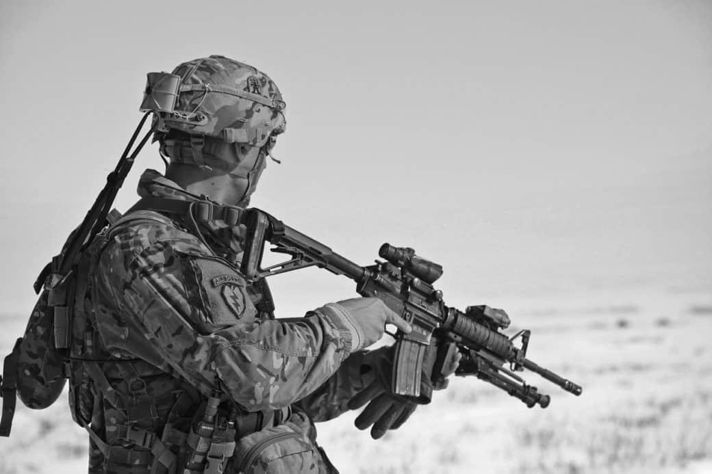 חייל קרבי עם נשק בשחור לבן